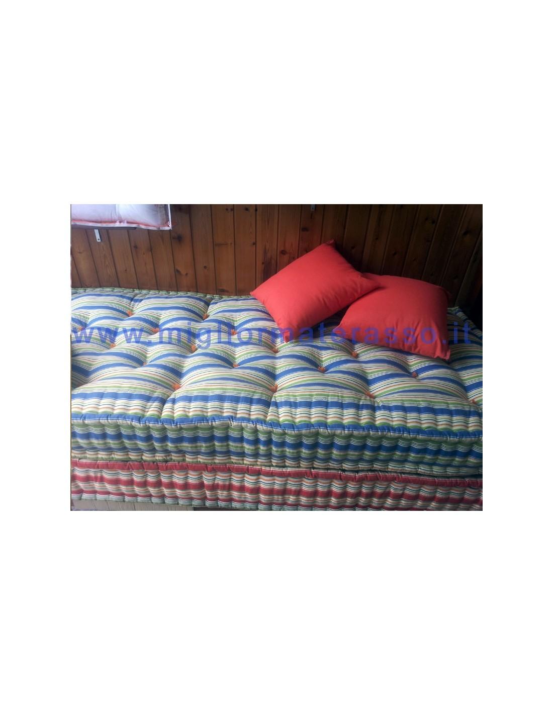Materassi per divano come cuscini colorati ad uso letto - Divano con materassi ...