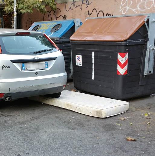 materassi rifiuti in strada